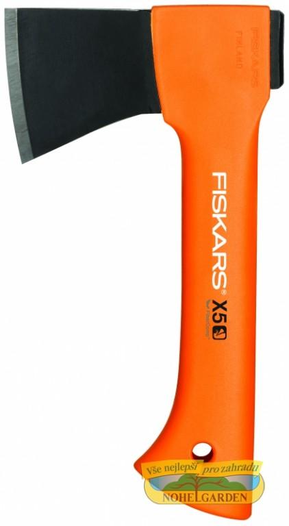 Sekera FISKARS X5 univerzální pro kempování Univerzální kempinková sekera je vhodná pro přípravu třísek na podpal - pro štípání polen o průměru do 10 cm. Má velmi lehké a pevné topůrko z FiberComp materiálu